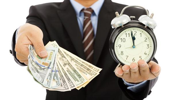 有人天天加班賺生活費、有人遊學度假混2年...現代社會比金錢更貧富不均的是「時間」