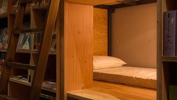 書店不只能看書還能住宿!東京這家膠囊旅館讓你睡在書架上