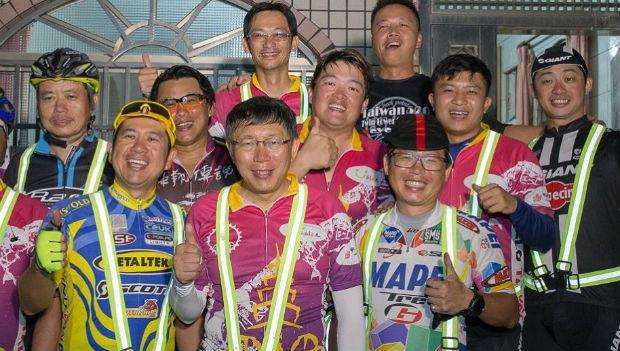 單車一日380公里到高雄,打趴藍綠造勢活動》北市府員工:柯P不是鬼,是神!