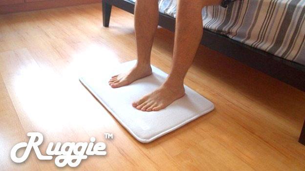 逼你下床!這張「鬧鐘地毯」好威,一定要下床用力踩它才能關掉嗶嗶嗶的鬧鐘聲