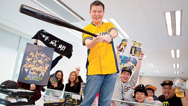 中信兄弟領隊楊培宏( 前),今年目標是用美式作風挽回流失的球迷。