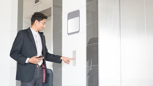 上班不怕「塞電梯」!刷一下員工證,這台電梯自動配好跟你同樓層的人