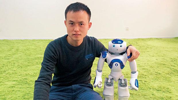 圖靈機器人創辦人俞志晨與Aldebaran 合作開發NAO( 右) 要打造最懂中文的機器人。