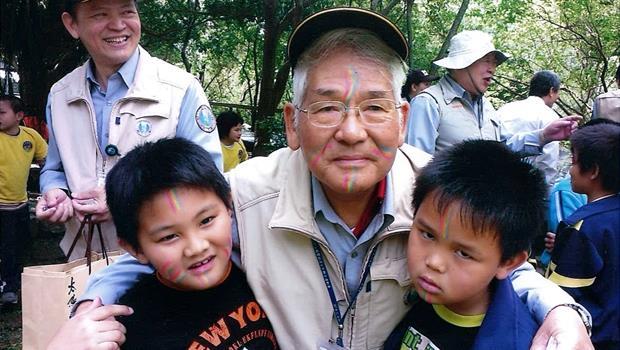 跟外國遊客說歷史!73歲退休校長如何靠自學,變身花蓮景點英文解說員