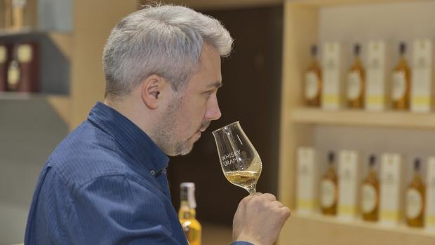泥煤、海藻、焦油味...為什麼達人總能聞出威士忌裡這麼多種味道?秘密在於...