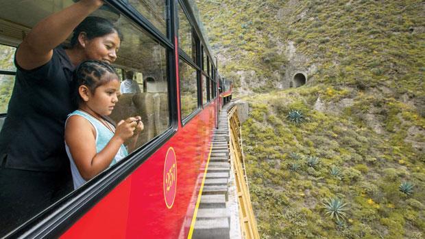 火車乘客正在欣賞峽谷景觀,接下來正要經過的隧道,是鑿穿一座死火山而興建完成的。