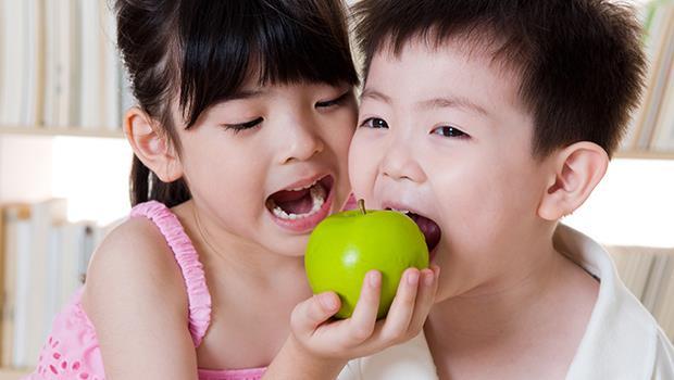 少子化、物質富裕的教養考驗:教孩子「同理心」,從強迫分享開始