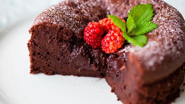 不用麵粉也能做蛋糕!母親節自製甜點店等級「巧克力蛋糕」,6步驟完成