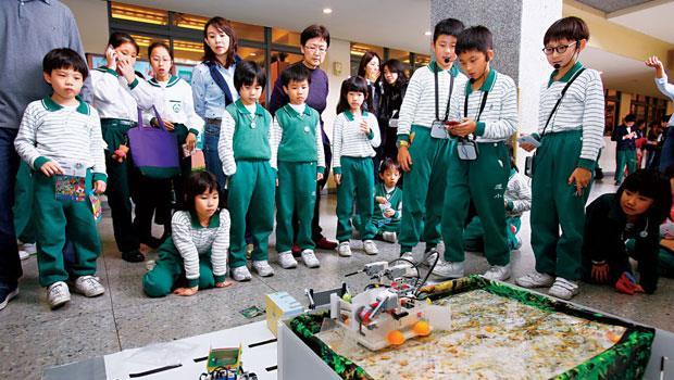 「各位同學,請往後站一點!」WRO國際奧林匹克機器人大賽,世界3大賽之一,去年國內賽得獎團隊示範時,熱門到老師得維持秩序。