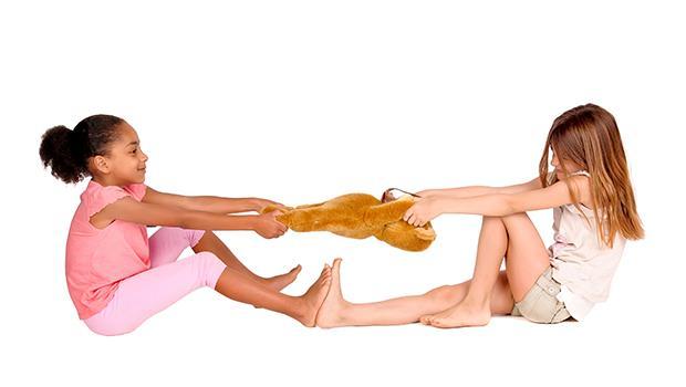 2個小孩搶一個玩具,大人應該怎麼做?以色列幼教博士告訴你...