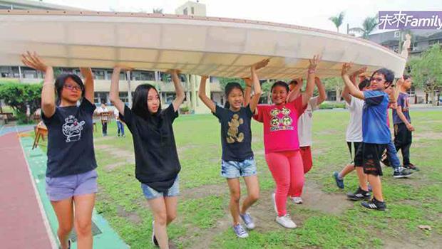 老師帶領170個關渡國小學生造「獨木舟」...從這裡看到台灣教改的一線生機