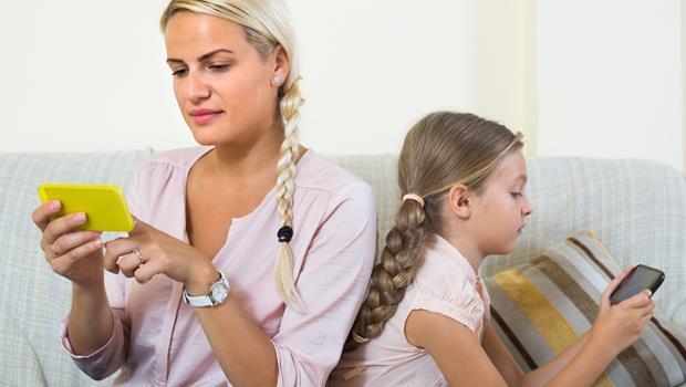 才藝表演孩子一上台,爸媽卻立刻「低頭」滑手機...給現代人:別再為了線上熱絡,造成現實冷漠
