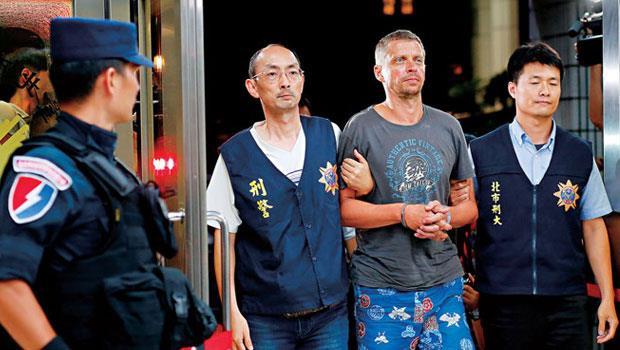 一銀盜領案外籍主嫌雖已落網(右2),卻暴露台灣ATM 系統的不堪一擊,對高喊發展金融科技的政府是個警訊。