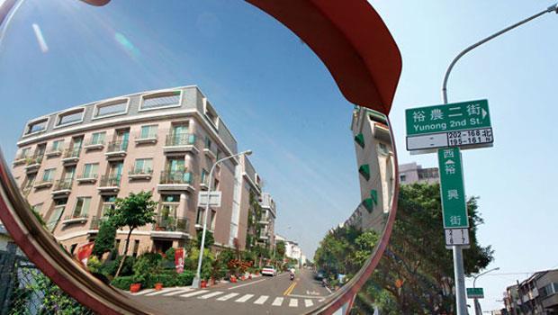 台南市新房屋稅加碼,屋齡15 年內房屋都是課稅目標,也引起台北市研擬跟進,想對屋齡30 年內房屋加稅。