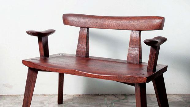 雙人扶手椅結合傳統工藝「出釘」, 於椅腳榫接處凸出榫頭,讓使用者看得見、摸得到,除了具備牢固結構的實用性,也隱含人丁興旺的寓意。