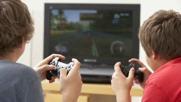 爸媽誤會了!常打電玩,功課不會變差?小孩愛玩臉書,反而更要擔心...