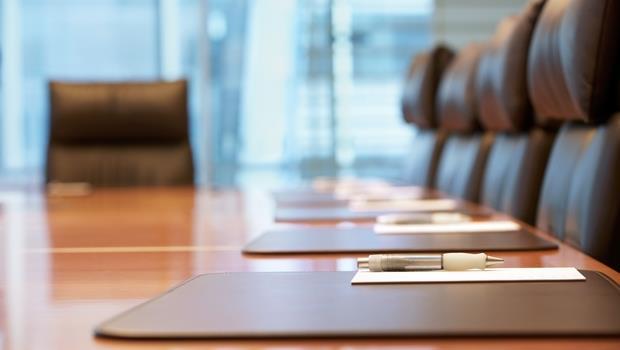 開會時要你「隨便坐」?千萬別坐在長桌的這兩個地方,才不會失禮