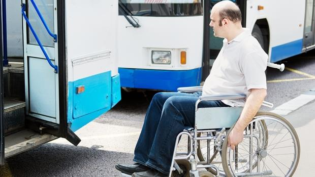 司機免下車!美國公車用「自動升降機」,讓輪椅族靠自己就能上下車