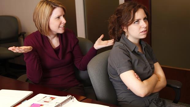 你踩雷了嗎?愛打岔、講話迂迴...自己沒發現卻令人翻白眼的4種職場溝通壞習慣