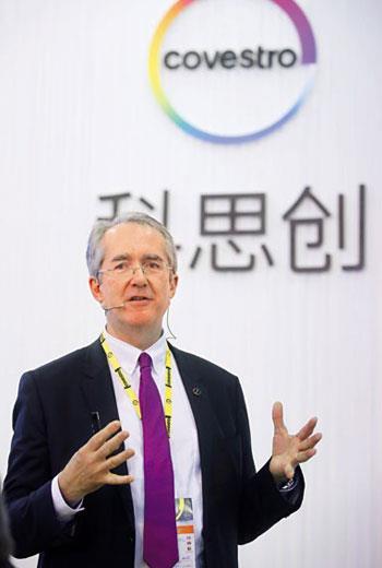 科思創CEO 唐佩德認為,減碳已融入生活,他的孩子挑手機就以「碳足跡」少優先。