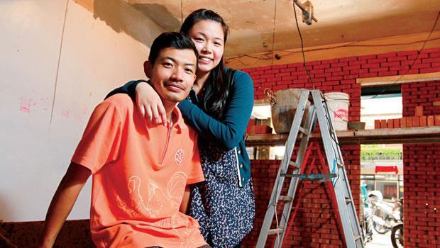 需求明確、出價果斷的陳伯源(前)、鄭慧娟(後)夫婦,只花3個月議價就購屋成功,現正著手裝潢新居。