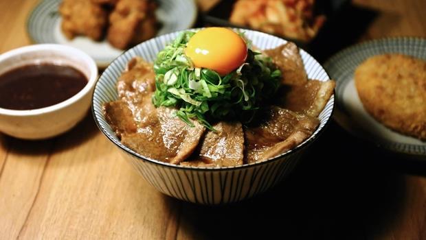 肉食族別錯過!一碗120元給你滿滿炭烤梅花豬~網友推薦台灣10間最夯的「燒肉丼飯」