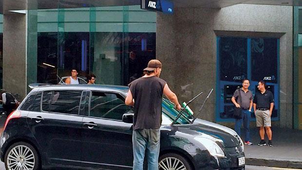 奧克蘭市一個年輕人手裡拿著刷子及清潔劑,站在十字路口,等到紅燈一亮時,就利用短暫的幾十秒鐘,把停在路口的汽車前方玻璃擦擦。