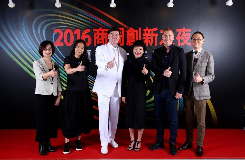 商周集團執行長王文靜與總編輯郭奕伶偕四位講者合照