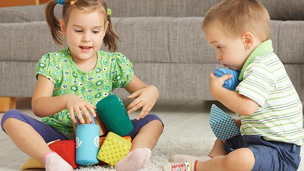 朋友家的小孩硬生生搶走你孩子的玩具,朋友卻悶不吭聲,爸媽應該怎麼辦?