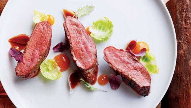 「鴨胸」採用台灣頂級食材櫻桃鴨,柴火炙烤後,鮮美肉汁完整保留,佐上醋漬小洋蔥及杏桃乾泥。