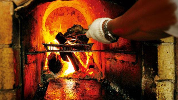 火烤的迷人風味,為廚師帶來料理新方向,也讓食物有了更豐富的味覺演繹。這股風潮正在台灣吹起,一如屏東Akame的窯爐,烈火正旺!