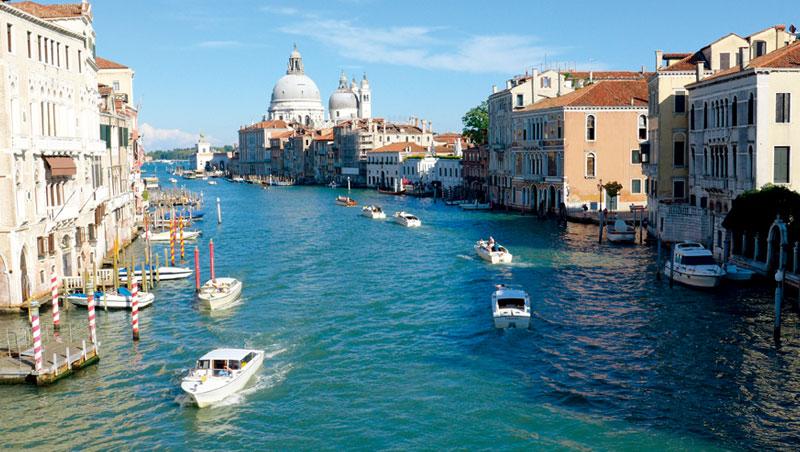 威尼斯昔日輝煌不再,像是一件過季的華麗大斗篷,雖然不夠亮麗,卻依然招搖。