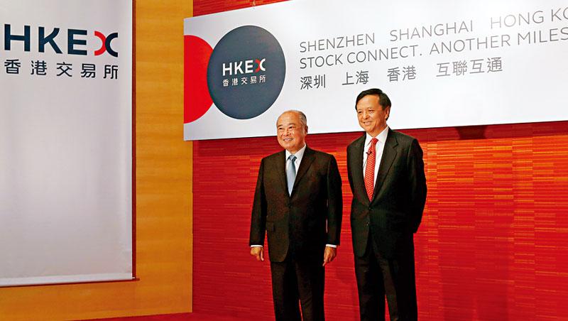 深港通開放,香港股市可能是最先直接受惠的市場。圖為港交所行政總裁李小加( 右)、港交所主席周松崗。