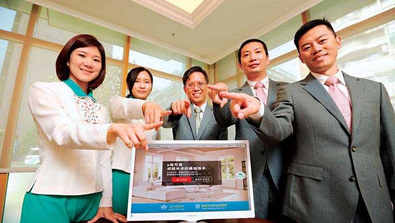 玉山銀的數位申貸平台,是由數位金融長李正國(中)帶領一群平均年齡35 歲以下人才共同開發。