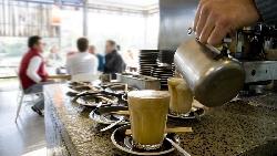我在咖啡廳看到一群年輕人瘋狂「批評」別人....小心,花越多時間檢視別人自己卻越平庸