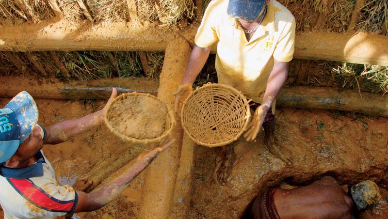 拉特納普勒為亞洲最大寶石礦區。以豎井開採法最普遍,井內泥牆以椰子樹幹為支架再塞雜草防崩塌,礦工將挖出的砂石泥土以竹簍不斷篩選,寶石較重,會在竹簍的最下層出現。
