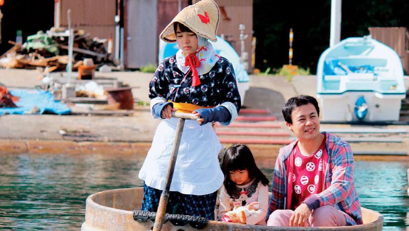 盆舟是佐渡小木港的標誌,用來在淺海捕捉海藻、海螺或鮑魚。現多為觀光用途,身穿傳統服飾的女船家載著旅客,有時還教導旅客划船要領。