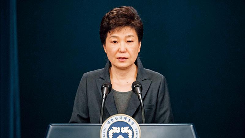 韓國總統朴槿惠為親信干政兩度倉卒道歉,但面無表情,反而點燃年輕人憤怒。