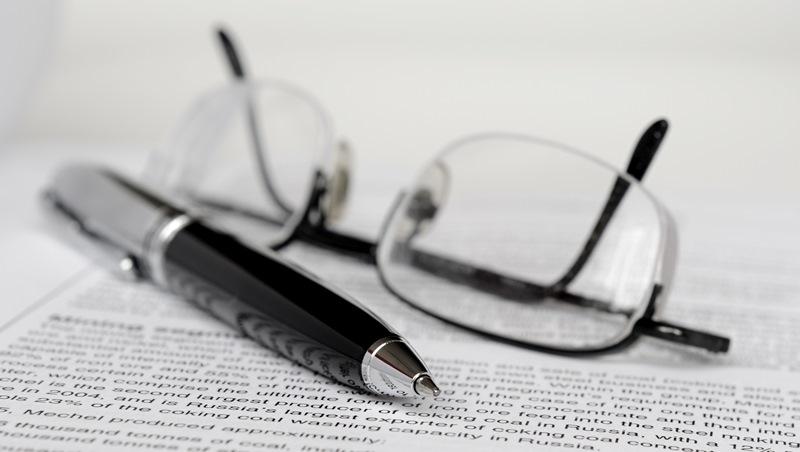 打造職場專業形象》眼睛小、娃娃臉...就算沒近視,有這5個特質也要戴「眼鏡」