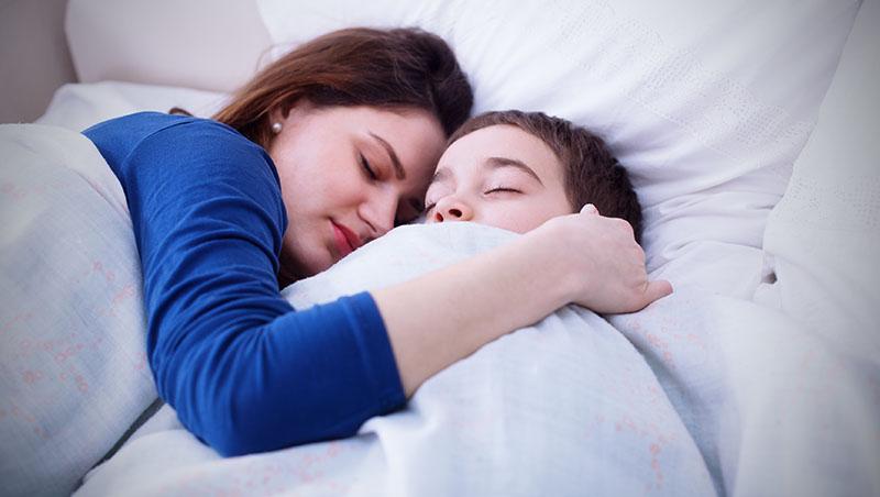 在荷蘭,小孩自己睡...在台灣的加班文化下,爸媽除了「陪小孩睡覺」就沒時間了