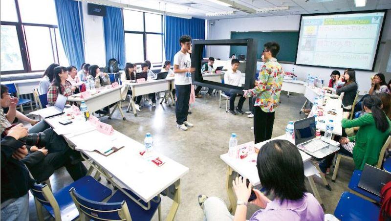 開學前先用微信查同學身家、10分鐘搶光整學期上台時間,一個台灣女孩在北京清華的震撼教育