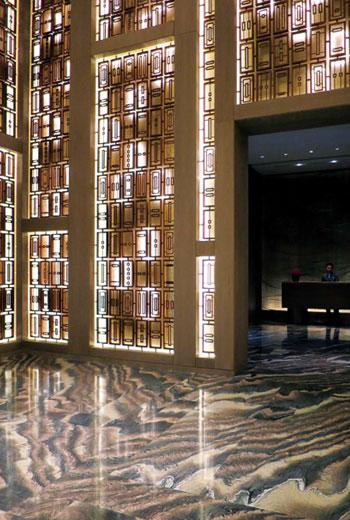 入口處以現代燈飾展現中國古典屏風印象,透露著設計者的文化高度。