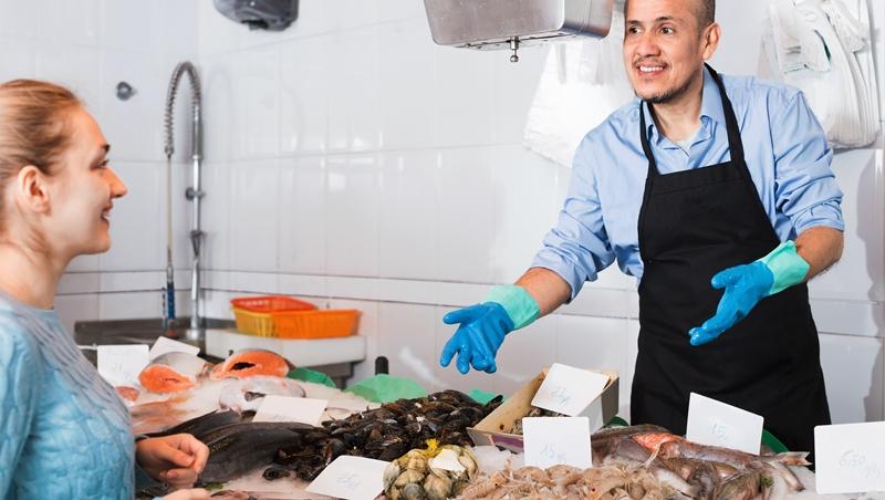 問問題的眉角》「要不要買魚」跟「要白鯧還黃魚」,猜猜哪個人生意比較好?