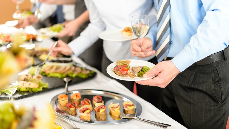 年底聚餐多,跟主管一起出席該怎麼穿?別直接穿套裝...6個原則幫你在老闆面前大加分