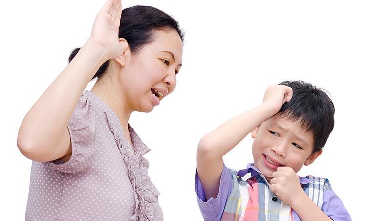 一直打罵、一直嫌、一直比...這樣的愛不要也罷!一個「嚴厲治兒」的母親,反而害孩子走上歧路