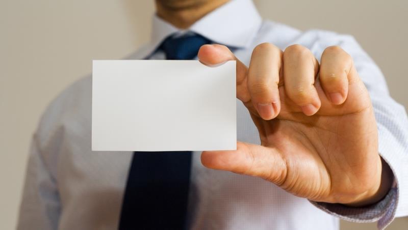 想讓外國客戶記住你?一個國際英語教師:千萬不要一見面就「遞名片」