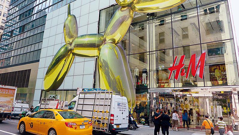 紐約曼哈頓H&M旗艦店結合紐約當代藝術家Jeff Koons的作品塑造品牌形象。