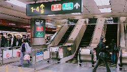 「那麼急不會走樓梯?」台北捷運電扶梯人人都靠右站,其實是一種「為人著想」