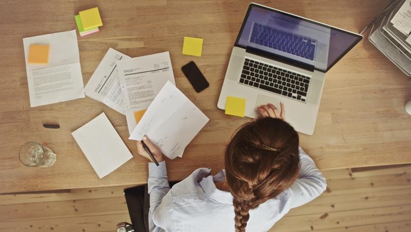 照字面翻容易誤會的單字》形容同事busybody可不是說他很忙,而是...
