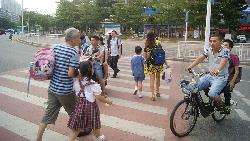 「媽,你怎麼沒提醒我?」台灣校門口最該張貼的告示:嚴禁爸媽幫小孩「送東西」!